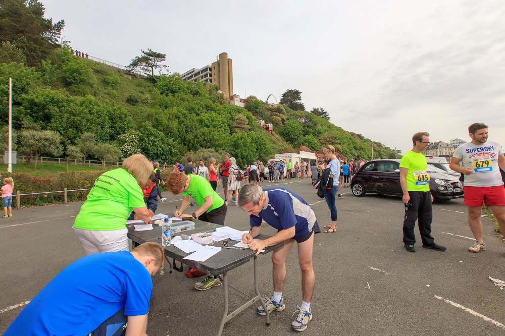 runners registering for a race