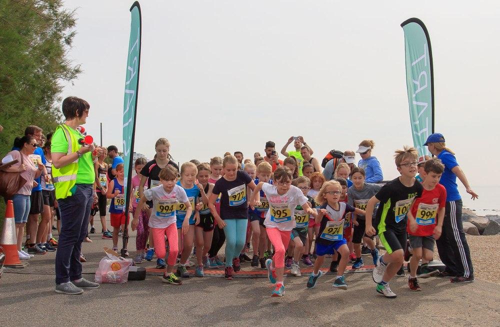 children starting 10k race